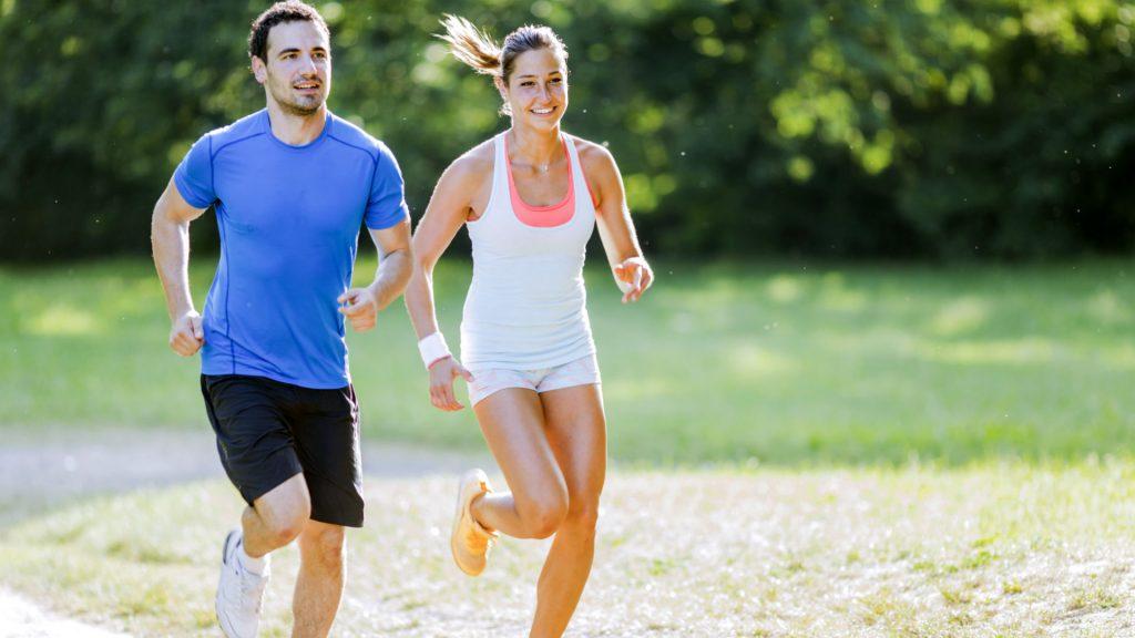 Två personer som springer.